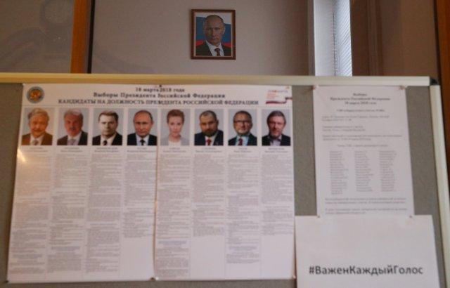 Una lista de candidatos en las elecciones presidenciales se muestra dentro de la Embajada de Rusia, donde los votantes pueden emitir su voto, en Londres, Gran Bretaña, 18 de marzo de 2018. REUTERS / Hannah McKay