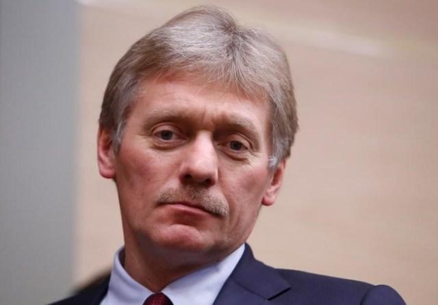 El portavoz del Kremlin, Dmitry Peskov, llega a la reunión con funcionarios de la corporación estatal de alta tecnología Rostec en la residencia estatal de Novo-Ogaryovo, en las afueras de Moscú, Rusia, el 7 de diciembre de 2017. REUTERS / Sergei Karpukhin