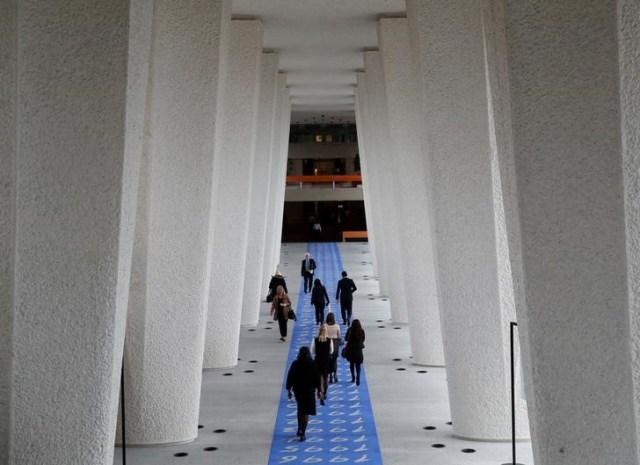Personas caminan por un pasillo durante una reunión del Consejo de Administración en Qatar en la Organización Internacional del Trabajo (OIT) en Ginebra, Suiza, el 8 de noviembre de 2017. REUTERS / Denis Balibouse