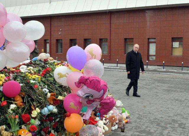 El presidente ruso, Vladimir Putin, visita el lugar del incendio, que mató al menos a 64 personas en un concurrido centro comercial, en Kemerovo, Rusia el 27 de marzo de 2018. Sputnik / Alexei Druzhinin / Kremlin a través de EDITORES DE ATENCIÓN DE REUTERS - ESTA IMAGEN FUE PROPORCIONADA POR UN TERCERO .