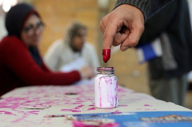El dedo de un votante está marcado con tinta en una mesa de votación durante el segundo día de las elecciones presidenciales en Alejandría, Egipto, el 27 de marzo de 2018. REUTERS / Mohamed Abd El Ghany TPX IMÁGENES DEL DÍA