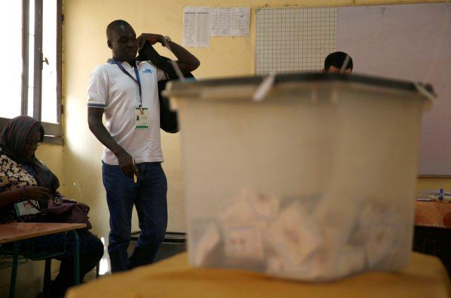 Los observadores electorales de Sudáfrica son vistos dentro de una mesa de votación durante el segundo día de las elecciones presidenciales en El Cairo, Egipto, el 27 de marzo de 2018. REUTERS / Amr Abdallah Dalsh