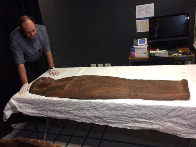 Un sarcófago de 2.500 años que puede contener una momia se encuentra en la Universidad de Sydney en Sydney, Australia. 27 de marzo de 2018. REUTERS / Colin Packham