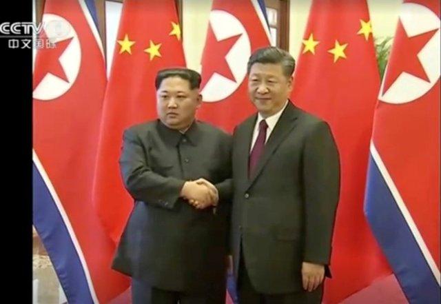 El líder norcoreano Kim Jong Un estrecha la mano del presidente chino, Xi Jinping, en esta imagen tomada del video lanzado el 28 de marzo de 2018. El líder norcoreano Kim Jong Un visitó China de domingo a miércoles en una visita extraoficial, según la agencia de noticias china Xinhua informado el miércoles. CCTV vía Reuters TV EDITORES DE ATENCIÓN - SIN RESTAURAR. SIN ARCHIVOS. CHINA FUERA. IMÁGENES TPX DEL DÍA
