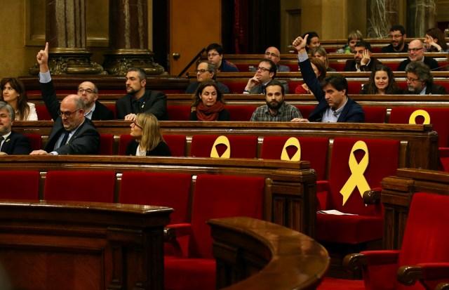 Los portavoces de las partes señalan su posición antes de la votación durante una sesión plenaria del parlamento regional de Cataluña en Barcelona, España, el 28 de marzo de 2018. REUTERS / Albert Gea