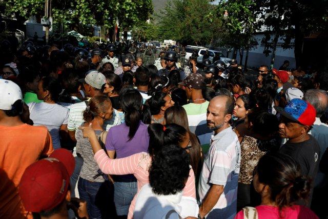 Familiares de los presos esperan información a las afueras de la Comandancia de PoliCarabobo. REUTERS/Carlos Garcia Rawlins