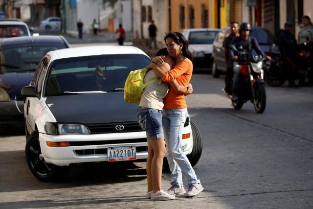 Familiares de reclusos del Comando General de la Policía de Carabobo reaccionan mientras esperan fuera de la prisión de Valencia, Venezuela el 28 de marzo de 2018. REUTERS / Carlos Garcia Rawlins