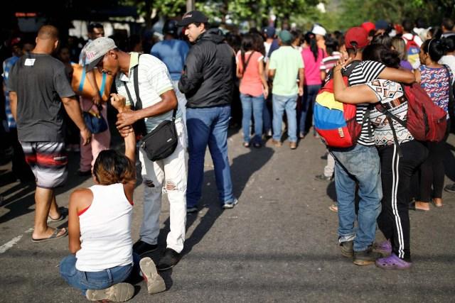 Familiares de presos en la Comandancia General de la Policía de Carabobo esperan afuera de la prisión en Valencia, Venezuela el 28 de marzo de 2018. REUTERS / Carlos Garcia Rawlins