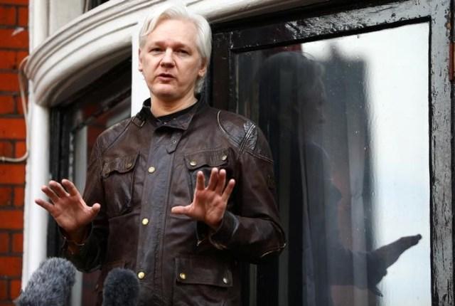 Imagen de archivo del fundador de WikiLeaks, Julian Assange, en una rueda de prensa desde el balcón de la embajada de Ecuador en Londres, mayo 19, 2017. REUTERS/Neil Hall