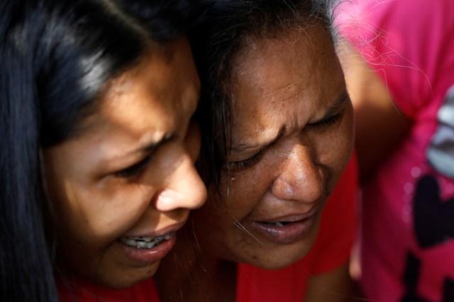 Familiares de detenidos en la comandancia general de la policía del estado central de Carabobo reaccionan tras un incendio ocurrido en sus instalaciones en Valencia, Venezuela, mar 28, 2018. REUTERS/Carlos Garcia Rawlins