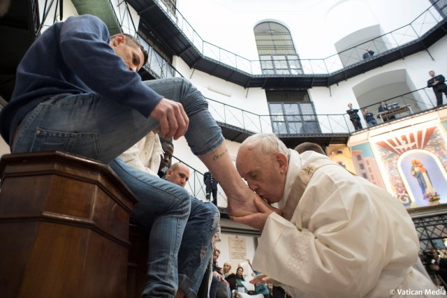 Pope Francis kisses the foot of an inmate at the Regina Coeli prison during the Holy Thursday celebration in Rome, Italy, March 29, 2018. Osservatore Romano/Handout via REUTERS ATTENTION EDITORS - THIS IMAGE WAS PROVIDED BY A THIRD PARTY