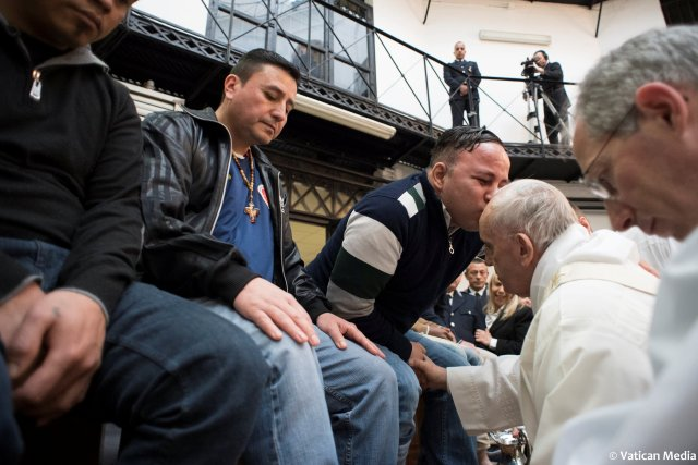 An inmate kisses Pope Francis at the Regina Coeli prison during the Holy Thursday celebration in Rome, Italy, March 29, 2018. Osservatore Romano/Handout via REUTERS ATTENTION EDITORS - THIS IMAGE WAS PROVIDED BY A THIRD PARTY