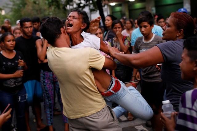 Familiares de detenidos en la comandancia general de la policía del estado central de Carabobo reaccionan tras un incendio ocurrido en sus instalaciones en Valencia, Venezuela. REUTERS/Carlos Garcia Rawlins