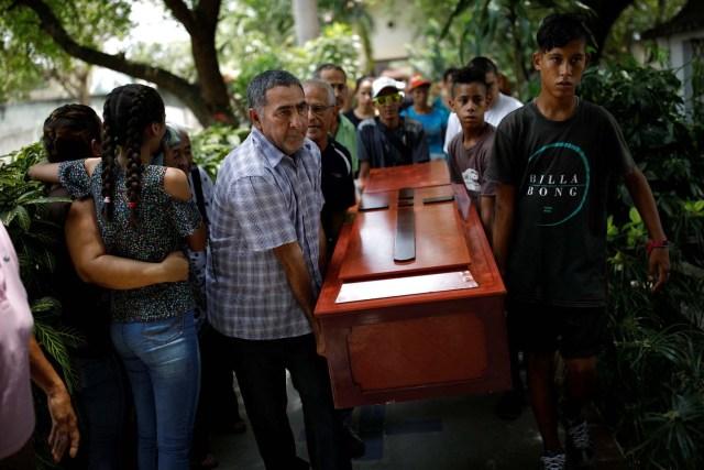 Los deudos llevan el ataúd de Javier Rivas, uno de los presos que murió durante un motín y un incendio en las celdas del Comando General de la Policía de Carabobo, durante su funeral en Valencia, Venezuela el 29 de marzo de 2018. REUTERS / Carlos Garcia Rawlins
