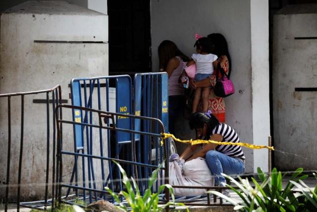 Familiares de los presos esperan información luego de un motín y un incendio en las celdas del Comando General de la Policía de Carabobo en Valencia, Venezuela el 29 de marzo de 2018. REUTERS / Carlos Garcia Rawlins