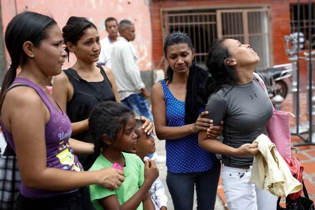 Peggy Ruiz, madre de Brayan Silva, uno de los reclusos que murió durante un motín y un incendio en las celdas de la Comandancia General de la Policía de Carabobo, reacciona junto a familiares fuera de la funeraria en Valencia, Venezuela el 29 de marzo de 2018. REUTERS / Carlos Garcia Rawlins