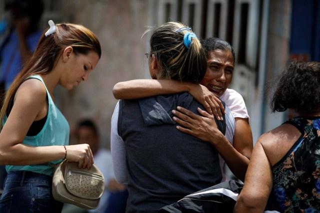 Familiares de los reclusos que murieron durante un motín y un incendio en las celdas del Comando General de la Policía de Carabobo, reaccionan frente a una funeraria en Valencia, Venezuela el 29 de marzo de 2018. REUTERS / Carlos Garcia Rawlins