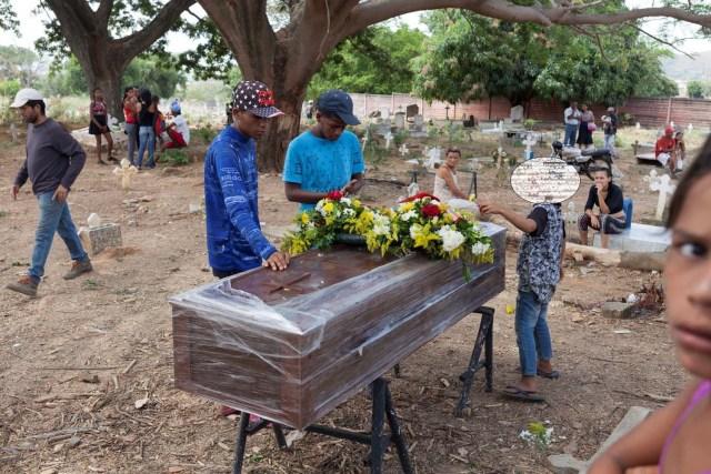 Los deudos lloran junto al ataúd de Joel Ceballos, uno de los reclusos que murió durante un motín y un incendio en las celdas del Comando General de la Policía de Carabobo, durante su funeral en el cementerio de Valencia, Venezuela el 30 de marzo de 2018. REUTERS / Adriana Loureiro
