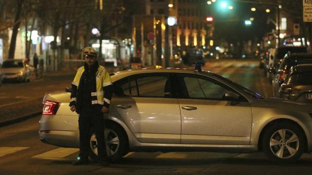 Un agente bloquea una calle mientras la policía busca a un hombre que atacó a los transeúntes en Viena (Ronald Zak / AP)
