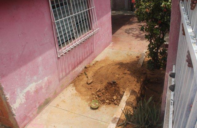 Jardín de la casa donde encontraron el cuerpo de la joven de 18 años. Foto: Versión Final