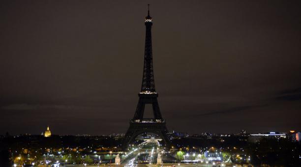 La Torre Eiffel apagó su iluminación habitual esta medianoche en recuerdo de las víctimas de la toma de rehenes (Foto: ZAKARIA ABDELKAFI / AFP)