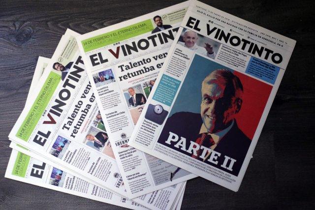 """ACOMPAÑA CRÓNICA: CHILE VENEZUELA CH03. SANTIAGO (CHILE), 04/03/2018.- Fotografía del 1 de marzo de 2018 de varios ejemplares de """"El Vinotinto"""", el primer periódico gratuito pensado exclusivamente para la comunidad venezolana en Chile, sosteniendo una edición del periódico en Santiago (Chile). El rotativo nació en noviembre de 2016 con el objetivo de ofrecer información útil y consejos prácticos a los miles de venezolanos que decidieron instalarse en Chile. EFE/Mario Ruiz"""