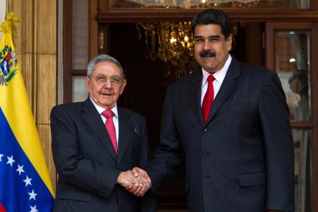 """CAR11. CARACAS, 05/03/2018.- El presidente venezolano, Nicolás Maduro (d), recibe al presidente cubano, Raul Castro Ruz (i), hoy, lunes 5 de marzo de 2018, en el palacio de Miraflores, en Caracas (Venezuela). Durante esta reunión se abordarán temas como las elecciones presidenciales y de consejos legislativos del próximo 20 de mayo en Venezuela -en las que no participará la principal alianza opositora- y, según señalan medios estatales, esta cumbre también servirá para """"recordar el legado"""" de Chávez en el marco del quinto aniversario de su muerte. EFE/CRISTIAN HERNANDEZ"""