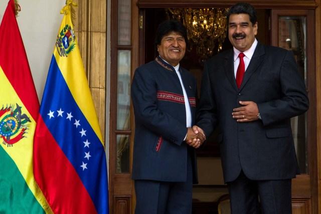 """CAR08. CARACAS, 05/03/2018.- El presidente venezolano, Nicolás Maduro (c), recibe al presidente de Bolivia, Evo Morales (i), hoy, lunes 5 de marzo de 2018, en el palacio de Miraflores, en Caracas (Venezuela). Durante esta reunión se abordarán temas como las elecciones presidenciales y de consejos legislativos del próximo 20 de mayo en Venezuela -en las que no participará la principal alianza opositora- y, según señalan medios estatales, esta cumbre también servirá para """"recordar el legado"""" de Chávez en el marco del quinto aniversario de su muerte. EFE/CRISTIAN HERNANDEZ"""