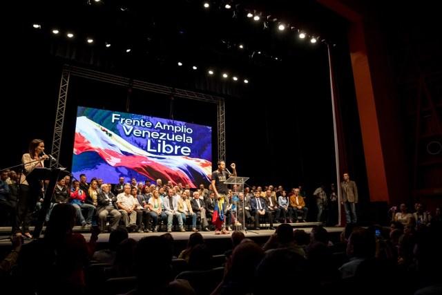 """CAR09. CARACAS (VENEZUELA), 08/03/2018.- Miembros del 'Frente amplio Venezuela libre' participan en un acto hoy, jueves 8 de marzo del 2018, en Caracas (Venezuela). Chavistas descontentos, partidos políticos de oposición, diferentes credos religiosos, asociaciones estudiantiles y profesionales, entre otros, presentaron hoy en Caracas el 'Frente amplio Venezuela libre', que tiene como objetivo el cambio político """"democrático"""" y pacífico"""" en el país caribeño. EFE/Miguel Gutiérrez"""