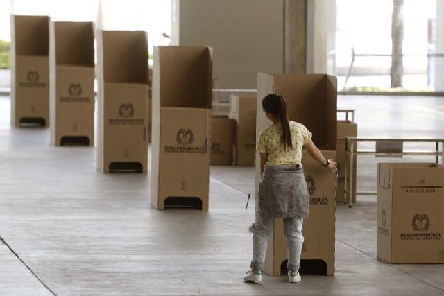 MED703. MEDELLÍN (COLOMBIA), 10/03/2018.- Una mujer instala mesa de votación para las elecciones legislativas hoy, sábado 10 de marzo de 2018, en Plaza Mayor, Medellín (Colombia). Este domingo, 36 millones de colombianos están llamados a las urnas para renovar la Cámara de Representantes y el Senado. EFE/Luis Eduardo Noriega A.
