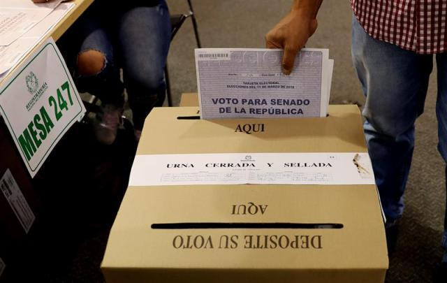 Un hombre vota hoy, domingo 11 de marzo de 2018, durante las elecciones legislativas de Colombia, en Bogotá (Colombia). EFE/Leonardo Muñoz