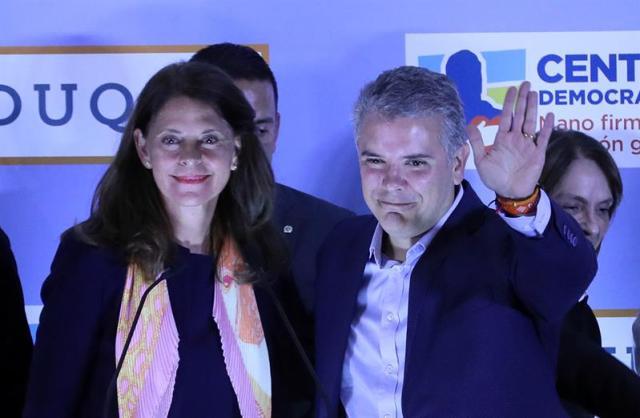 Los candidatos en la consulta interpartidista de la derecha, Iván Duque (d) y Marta Lucía Ramírez, saludan al público luego de conocerse la victoria del primero hoy, domingo 11 de marzo de 2018, en Bogotá (Colombia). EFE/MAURICIO DUEÑAS CASTAÑEDA