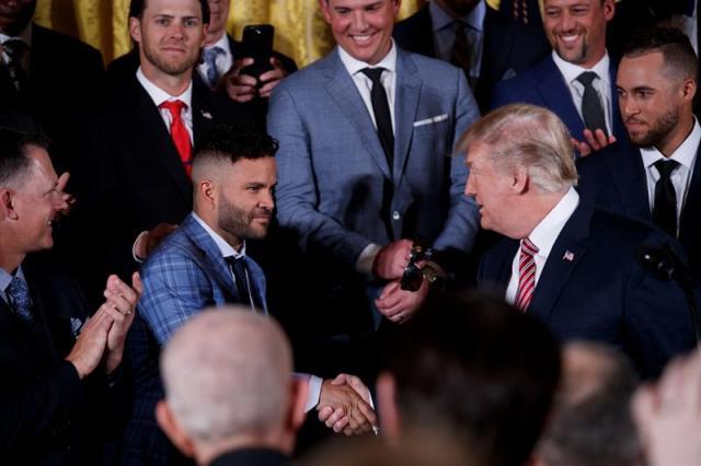 El presidente estadounidense Donald J. Trump (dcha) saluda a José Altuve (c), durante la recepción a los Astros de Houston, campeones de la Serie Mundial de béisbol, en la Casa Blanca de Washington, EE.UU., el 12 de marzo del 2018. EFE/Shawn Thew
