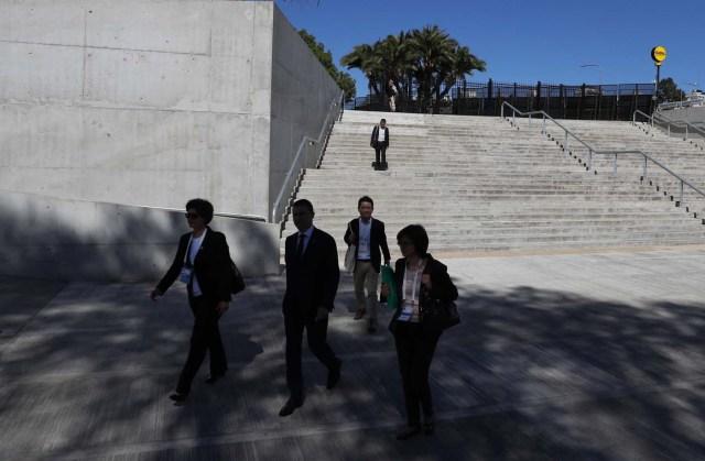 BAS10. BUENOS AIRES (ARGENTINA), 19/03/2018.- Delegados acceden al Centro de Exposiciones y Convenciones donde se desarrollan las reuniones del G20, hoy, lunes 19 de marzo de 2018, en Buenos Aires (Argentina). La reunión de ministros de Finanzas y presidentes de bancos centrales del G20 comenzó hoy en Buenos Aires con un encuentro privado en el que se espera que los líderes económicos aborden el futuro del trabajo y el sistema impositivo global, con los fantasmas del proteccionismo recién avivados. EFE/David Fernández