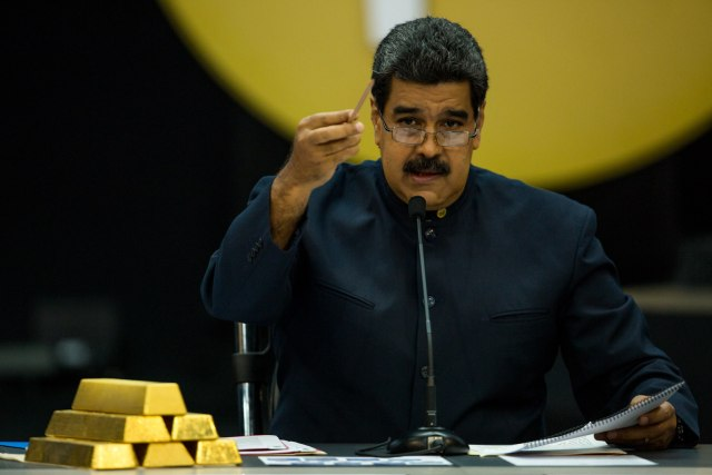 """CAR10 - CARACAS (VENEZUELA), 22/03/2018.-El presidente venezolano, Nicolás Maduro, dirige una rueda de prensa hoy, jueves 22 de marzo de 2018, en Caracas (Venezuela). Maduro ordenó hoy la eliminación de tres ceros del bolívar y sacar de circulación el cono monetario vigente a partir del próximo 4 de junio, como parte de sus medidas económicas para """"garantizar las actividades comerciales"""". EFE/Cristian Hernández"""