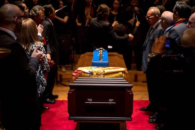 CAR003. CARACAS (VENEZUELA), 25/03/2018.- Un grupo de personas toman parte en actos conmemorativos durante el velorio de Jose Antonio Abreu hoy, domingo 25 de marzo del 2018, en Caracas (Venezuela). El músico y economista José Antonio Abreu, premio Príncipe de Asturias de las Artes por el reconocido programa de música El Sistema Nacional de Orquestas de Venezuela, murió ayer a los 79 años. El presidente de Venezuela, Nicolás Maduro, decretó tres días de duelo nacional por su muerte. EFE/Miguel Gutiérrez