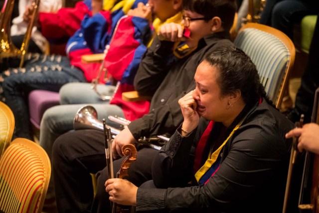 CAR021. CARACAS (VENEZUELA), 25/03/2018.- Músicos lloran durante los actos conmemorativos en el velorio de Jose Antonio Abreu hoy, domingo 25 de marzo del 2018, en Caracas (Venezuela). El músico y economista José Antonio Abreu, premio Príncipe de Asturias de las Artes por el reconocido programa de música El Sistema Nacional de Orquestas de Venezuela, murió ayer a los 79 años. El presidente de Venezuela, Nicolás Maduro, decretó tres días de duelo nacional por su muerte. EFE/Miguel Gutiérrez