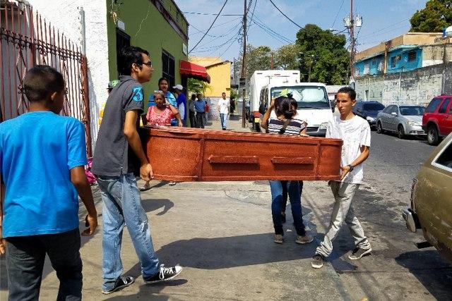 Un grupo de personas carga con el ataúd de una víctima que murió en el incendio del centro de reclusión de la Policía Estadal de Carabobo (centro) hoy, jueves 29 de marzo de 2018 en Valencia (Venezuela). Varias de las principales ONG venezolanas responsabilizaron hoy al Ejecutivo encabezado por Nicolás Maduro de la muerte ayer de 68 personas en un incendio en una comisaria en el centro del país. EFE/Heberlizeth González