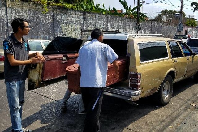 Un hombre carga con el ataúd de una víctima que murió en el incendio del centro de reclusión de la Policía Estadal de Carabobo (centro) hoy, jueves 29 de marzo de 2018 en Valencia (Venezuela). Varias de las principales ONG venezolanas responsabilizaron hoy al Ejecutivo encabezado por Nicolás Maduro de la muerte ayer de 68 personas en un incendio en una comisaria en el centro del país. EFE/Heberlizeth González