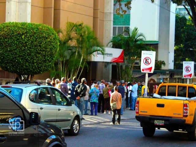 Colas de ciudadanos para cobrar la pensión en Altamira, Caracas a las 09:30 am   Foto: Stephanie Armas / La Patilla