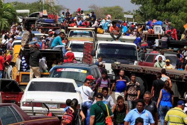 Venezolanos se alinean para cruzar a Colombia en la frontera en Paraguachon, Colombia, el 16 de febrero de 2018/FotoREUTERS / Jaime Saldarriaga