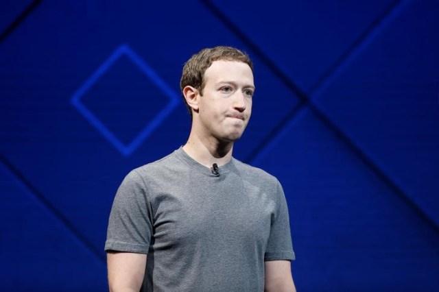 El fundador y CEO de Facebook, Mark Zuckerberg, habla en el escenario durante la conferencia anual de desarrolladores de Facebook F8 en San José, California, EEUU el 18 de abril de 2017. REUTERS / Stephen Lam