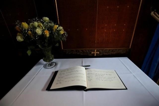 Un libro de condolencias para el profesor Stephen Hawking se ve dentro de la capilla en Gonville y Caius College en la Universidad de Cambridge, en Cambridge, Gran Bretaña, 14 de marzo de 2018. REUTERS / Chris Radburn