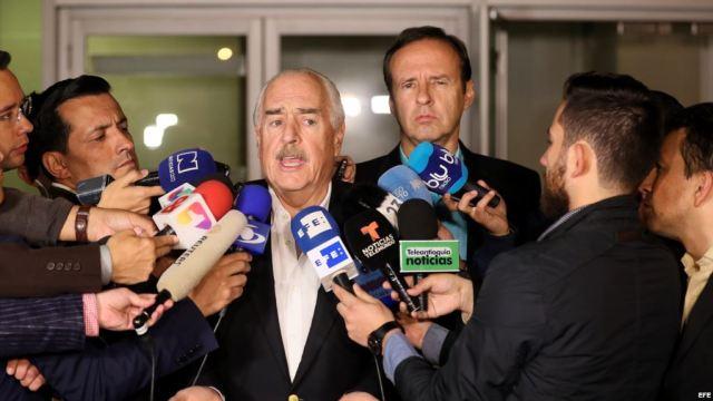 Los expresidentes de Colombia Andrés Pastrana (c) y de Bolivia Jorge Quiroga (c-d) hablan con la prensa a su llegada al aeropuerto El Dorado hoy, miércoles 7 de marzo de 2018, en Bogotá (Colombia). / Foto EFE