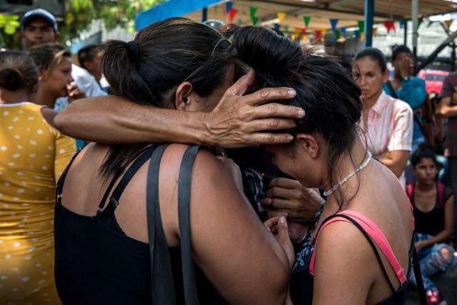 Familiares lloran en las inmediaciones de PoliCarabobo este miércoles 28 de marzo Foto: EFE/Miguel Gutiérrez