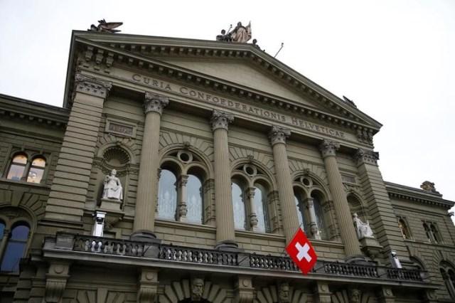 Una bandera suiza flameando en el Palacio Federal en Berna, dic 14, 2017. REUTERS Denis Balibouse