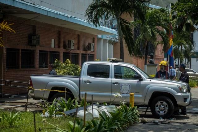 VALENCIA (VENEZUELA), 28/03/2018.- Miembros de la Policía y Bomberos permanecen hoy, miércoles 28 de marzo de 2018, en las inmediaciones del centro de reclusión de la Policía Estatal de Carabobo (centro) en Valencia (Venezuela). Un motín en el centro de reclusión de la Policía de Carabobo (centro) de Venezuela dejó hoy cinco reclusos muertos y dos policías heridos, según medios locales. EFE/Miguel Gutiérrez