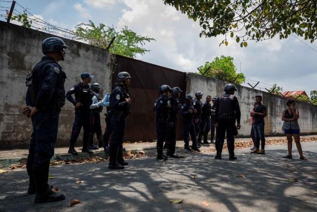 VALENCIA (VENEZUELA), 28/03/2018.- Un grupo de familiares de presos hablan con miembros de la Policía hoy, miércoles 28 de marzo de 2018, en las inmediaciones del centro de reclusión de la Policía Estatal de Carabobo (centro) en Valencia (Venezuela). Un motín en el centro de reclusión de la Policía de Carabobo (centro) de Venezuela dejó hoy cinco reclusos muertos y dos policías heridos, según medios locales. EFE/Miguel Gutiérrez