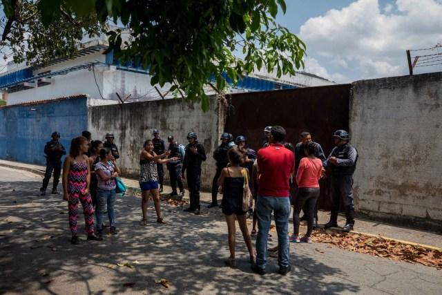 VALENCIA (VENEZUELA), 28/03/2018.- Un grupo de familiares de presos hablan con miembros de la Policía hoy, miércoles 28 de marzo de 2018, en las inmediaciones del centro de reclusión de la Policía Estatal de Carabobo (centro) en Valencia (Venezuela). Un motín en el centro de reclusión de la Policía Estatal de Carabobo dejó hoy cinco reclusos muertos y dos policías heridos, según informaron medios locales. EFE/Miguel Gutiérrez