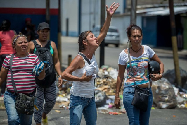 VALENCIA (VENEZUELA), 28/03/2018.- Un grupo de familiares de presos protesta hoy, miércoles 28 de marzo de 2018, en las inmediaciones del centro de reclusión de la Policía Estatal de Carabobo (centro) en Valencia (Venezuela). Un motín en el centro de reclusión de la Policía de Carabobo (centro) de Venezuela dejó hoy cinco reclusos muertos y dos policías heridos, según medios locales. EFE/Miguel Gutiérrez